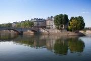 france, ile de france, paris 4e arrondissement, vue sur la pointe d el'ile saint louis et le quai aux fleurs de l'ile de la cité depuis le pont louis philippe,