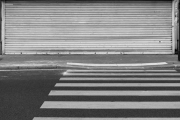 france, ile de france, paris 9e arrondissement, rue la fayette, passage pietons et rideau metallique baisse, lignes horizontales