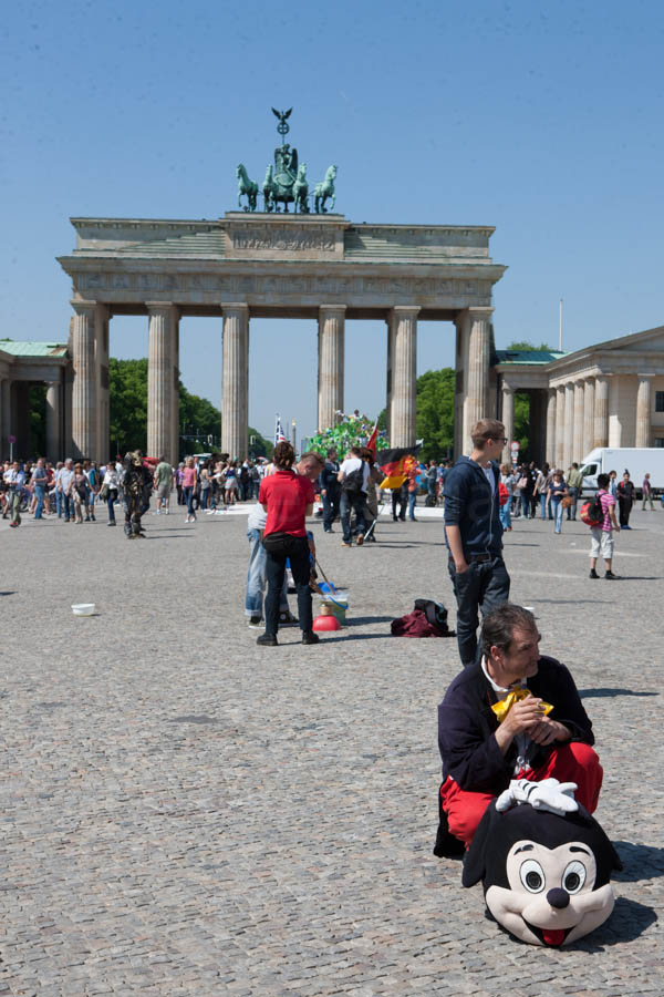 allemagne (germany), berlin, porte de brandebourg, au bout de friederichstrasse, ostalgie, tourisme de nostalgie de l\'allemagne d el\'est,