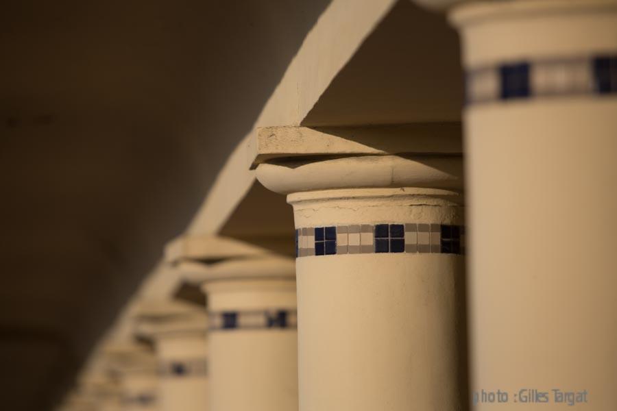 france, region normandie, calvados, pays d'auge, cote flleurie, deauville, les cabines de bains fermées hors saison, ombres des colonnes.