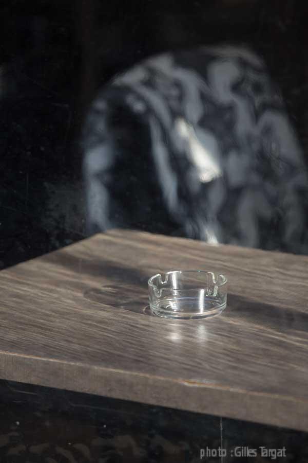 france, region normandie, calvados, pays d'auge, cote flleurie, deauville, detail de café hors saison, table et cendrier,