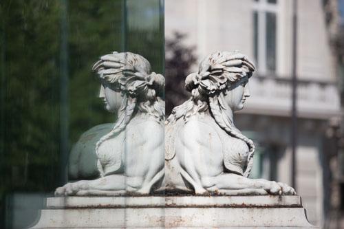 france, region ile de france, paris 7e arrondissement, quai d'orsay, detail d'une sculpture de l hotel de salm et son reflet dans une vitre,