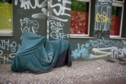 allemagne (germany), berlin, penzauer berg, signes de ville, murs peints, moto sous une bache