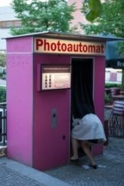 allemagne (germany), berlin, penzauer berg, kulturbrauerei, complexe culturel associatif, jeune femme depassant d'un photomaton,