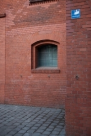 allemagne (germany), berlin, penzauer berg, kulturbrauerei, complexe culturel associatif, mur de brique et panneau camera, surveillance video,