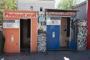 allemagne (germany), berlin, friedrichshain, immauble, ancien berlin est, cabines photomaton, graffiti,