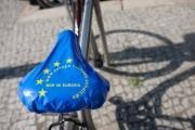 allemagne (germany), berlin, penzauer berg, rue, protection de selle de velo aux couleurs du drapeau europeen, etoiles,
