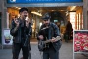 allemagne (germany), berlin, prenzlauer berg, sous le metro, s bahn, eberswalder strasse, musiciens de rue,