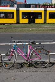 allemagne (germany), berlin, friedrichshain, immauble, ancien berlin est,, arret de tram, rue, velo,