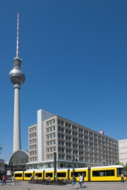 allemagne (germany), berlin,alexanderplatz, tour fernsehturm, tour de television de berlin est, place, tram,
