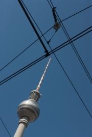 allemagne (germany), berlin,alexanderplatz, tour fernsehturm, tour de television de berlin est, cables du tram