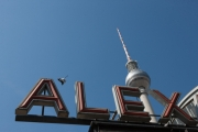 allemagne (germany), berlin,alexanderplatz, tour fernsehturm, tour de television de berlin est, lettres alex de la gare, pigeon,