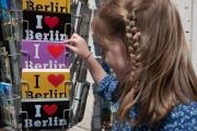 allemagne (germany), berlin, porte de brandebourg, friederichstrasse, enfant choisissant des cartes postales,