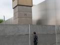allemagne (germany), berlin, bernauer strasse, mur de berlin, autour du memorial du mur, homme regardant au travers, mirador