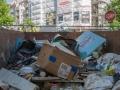 allemagne (germany), berlin, friedrichshain, ancien berlin est, immeuble echafaude et benne a ordures,