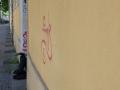 allemagne (germany), berlin, friedrichshain, immeuble, ancien berlin est, jeune punk assise devant une porte,