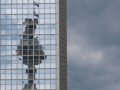 allemagne (germany), berlin, immeuble refletant la tour fernsehturm, tour de television de berlin est, remontant vers alexanderplatz, karl liebknecht strasse,